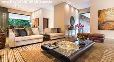 No living, o décor foi escolhido de forma a compor novos mobiliários com o acervo pessoal dos moradores