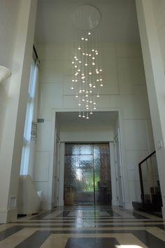 """La Suspension I.RAIN 61 est composée d'un disque de plafond en PMMA et de 61 disques de lumière à OLED. La hauteur de chacun de ces disques OLED est modulable : vous pouvez ainsi les aligner tous sur le même niveau ou au contraire les disposer à des hauteurs différentes afin d'obtenir un effet """"nuée de lumière"""". Ce #Luminaire Magistral vous assure un éclairage de qualité et un #design remarquable. #design #architecte #luminaire #lumiere #lampadaire #suspension #etoile #inspiration #barazzi…"""