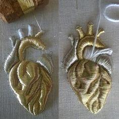 Wonderful Ribbon Embroidery Flowers by Hand Ideas. Enchanting Ribbon Embroidery Flowers by Hand Ideas. Embroidery Designs, Couture Embroidery, Silk Ribbon Embroidery, Hand Embroidery Patterns, Beaded Embroidery, Cross Stitch Embroidery, Embroidery Thread, Ideias Diy, Gold Work