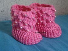 Botinha para bebê em crochê feito com linha 100% algodão. Knitted Baby Boots, Knitted Baby Clothes, Baby Booties, Crochet Sandals, Crochet Shoes, Crochet Slippers, Baby Cocoon Pattern, Crochet Baby Cocoon, Baby Gladiator Sandals