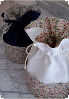 pouch bag Nice fabric choices and I like the subtle pockets around the outside - - - Kit textile pochon en Liberty Sewing Crafts, Sewing Projects, Potli Bags, Fabric Gift Bags, Creation Couture, Couture Sewing, Patchwork Bags, Liberty Fabric, Handmade Bags