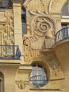 windows at 30 avenue Marceau, Paris VIII