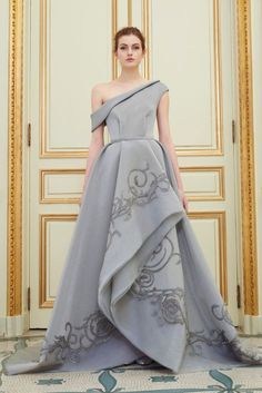 Rami Al Ali presented his Spring Summer collection 2016 in the exquisite surrounding of the Salon Pompadour of the Hotel Meurice in Paris. This is the Paris Couture Show by Rami Al Ali. Beautiful Gowns, Beautiful Outfits, Elegant Dresses, Pretty Dresses, Cheap Dresses, Couture Dresses, Fashion Dresses, Rami Al Ali, Mode Lolita