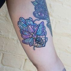 So behind with my uploading! Bit of the old wrappy warping from swells but heres a bicep cutie of a bee on some sweet crystals thanks Kate enjoy your holllls!! #beetattoo #crystaltattoo #pastelworkers