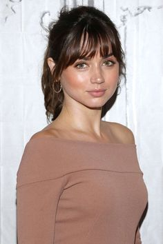 Ana de Armas dark hair with bangs. Beauté Blonde, Actrices Sexy, Mode Style, Beautiful Actresses, Belle Photo, Pretty Face, Pretty Woman, Gorgeous Women, Beauty Women