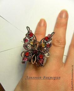 Кольцо `Бабочка`.. Кольцо 'Бабочка'. Выполнено из меди с использованием кристаллов Сваровски. Патинированное и вскрыто лаком. Размер кольца 15 мм, размер ажурной части 3х4 см.