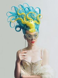 Now this is an amazing costume idea, Mermaidish, I would do a different dress, and lots of decolletage makeup!