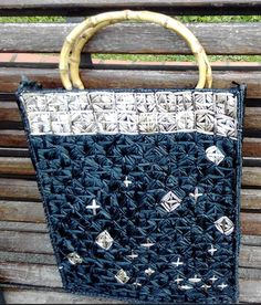 #Bolso de #mano con #rejilla para #tapiz e #hilo de #bolsas #plásticas  #HOWTO #DIY #ecología #reciclar #reutilizar