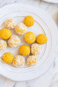 Bolas energéticas de coco y mango - Heavenlynn Healthy - Mango Coconut Energy Balls – puramente vegetal, vegano, sin gluten, sin azúcar refinada – de. Coconut Energy Balls, Vegan Energy Balls, Healthy Sweets, Healthy Snacks, Healthy Eating, Law Carb, Power Balls, Dessert Aux Fruits, Bliss Balls