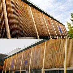 """""""Fasadeutsmykning"""" av Ansgar Ole Olsen (1952 - ) Snertingdal skole. Vanskeliog å fotografere på en rettferdig måte. I malt rustfritt stål, Motivene endrer seg etter hvor du står."""