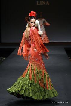 Traje de gasa verde con cuerpo de manton de manila coral #bordado en colores.