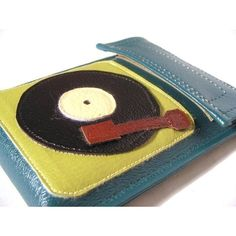 iPod CLASSIC Case )Turntablism ) I want the black and green one though Fun Diy Crafts, Diy Craft Projects, School Projects, Sewing Projects, Crafts For Kids, Felt Projects, Craft Ideas, Activity Bags, Felt Roses