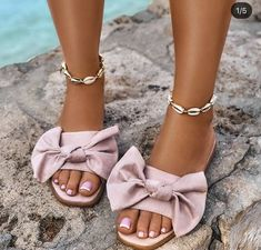 Women love to wear comfortable and fun sliders in summer with their favorite jeans or shorts. Sliders are perfect for shopping out or running other errands. Walk This Way, Bare Foot Sandals, Cute Shoes, Unique Fashion, Womens Flats, Sliders, Fashion Shoes, High Heels, Girly