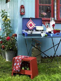 Diese und viele andere Deko-Ideen stellt Ihnen ZUHAUSE WOHNEN auf den folgenden Seiten vor. Und wer sich gerne auf Rosen bettet, wird sich über die Vielfalt der Stoffe zu diesem Thema freuen. Viel Vergnügen! Decoupage, Shabby Chic, Potting Sheds, Inside Outside, Outdoor Living, Outdoor Decor, Decoration, Garden Inspiration, Projects To Try