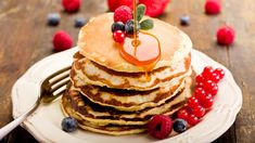 Pancakes are one of those wonderfully comforting foods that you can eat anytime. But how do you make pancakes? This pancake recipe serves 4 people. High Fiber Breakfast, Breakfast And Brunch, Low Carb Breakfast, Breakfast Recipes, Camping Breakfast, Pancake Recipes, Breakfast Ideas, Breakfast Buffet, Peanut Butter Pancakes