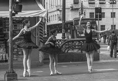 Sao Paulo Fotografia by Luiz Coelho: Sao Paulo,Brasil,bailarinas na rua P&B.