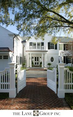 House exterior white brick garage doors 62 New Ideas Residential Architect, White Houses, Architecture Details, Beautiful Architecture, Curb Appeal, My Dream Home, Exterior Design, Exterior Paint, Future House