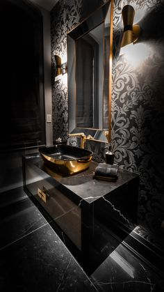 Dramatic and luxurious. Washroom Design, Toilet Design, Bathroom Design Luxury, Home Room Design, Home Interior Design, Luxury Toilet, Black And Gold Bathroom, Powder Room Design, Bathroom Design Inspiration