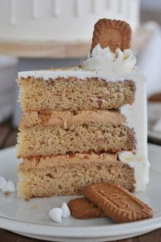 Biscoff Cake: Tender Biscoff cake layers, filled with a creamy Biscoff cookie spread, Biscoff cookies, covered with a white chocolate frosting. Biscoff Cake, Biscoff Cookie Butter, Biscoff Cookies, Cake Cookies, Cupcake Cakes, Cupcakes, Biscoff Biscuits, Biscoff Recipes, Pistachio Cake
