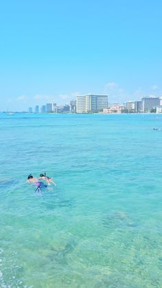 Oahu snorkeling, Hawaii. One of the best beaches in Waikiki for snorkeling. For US beaches in Oahu Hawaii, activities like swimming and snorkeling in Waikiki at Queen's Beach on Oahu! Best Oahu beaches give you things to do with nearby hiking trails, food, and shopping. USA travel destinations for bucket list for world adventures when on a budget! So put Waikiki snorkeling on the Hawaii itinerary! Packing tips for snorkeling gear with what to wear in Hawaii too.