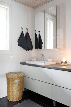 WC:ssä vaihdettiin värit ja lavuaarin paikka. Yhteinäinen tila jaettiin vessaksi ja kodinhoitotilaksi. Niiden välillä on pitkä taso, jossa voi käsitellä pyykkiä.