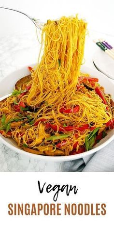 These vegan Singapore noodles are full of vegetables and curry tamari flavour. On the table in 15 minutes, they are a great weeknight meal vegan singapore noodles ricevermicelli glutenfree curry powder stirfry 341992165453123225 Vegan Foods, Vegan Dishes, Vegetarian Recipes, Cooking Recipes, Healthy Recipes, Vegan Cabbage Recipes, Vegan Noodles Recipes, Stir Fry Vegan, Comida India