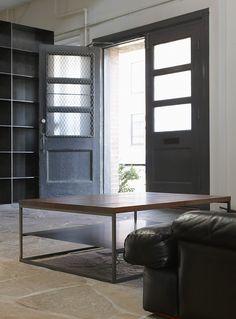 T207 black steel base and shelf with textured, solid walnut top / T207 piètement et tablette en acier noir et dessus en noyer massif texturé