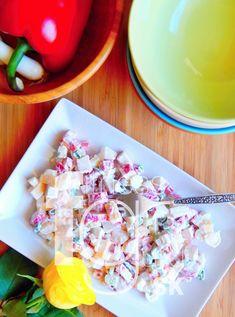 Křupavý jarní salát s krabími tyčinkami a chřestem