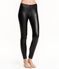 Sort. En leggings i skinnimitasjon med elastikk i midjen.