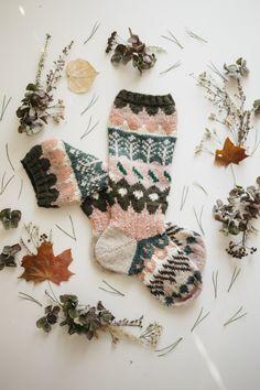 MUITAIHANIASYYSSUKAT ALUSTA LOPPUUN – MUITA IHANIA Knitting Designs, Knitting Projects, Knitting Patterns, Hand Knitting Yarn, Knitting Socks, Wool Socks, Thread Crochet, Crochet Yarn, Fabric Yarn
