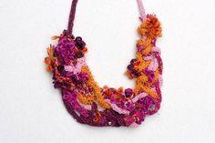 よだれかけネックレス、スパンコール、オレンジ ピンクのフクシア ブルゴーニュ、樹脂と繊維の宝石をニット