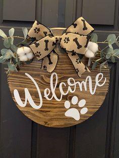 Wooden Door Signs, Wooden Door Hangers, Wooden Doors, Crafts To Make, Diy Crafts, Handmade Crafts, Welcome Signs Front Door, Wooden Wreaths, Wood Circles