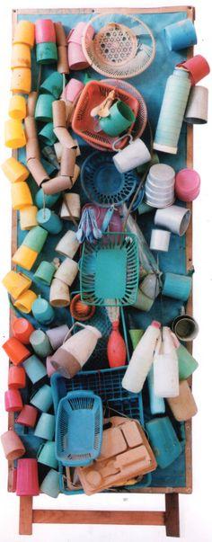 """""""Cestas e canecas coloridas, assemblage"""" em suporte de madeira e papelão, de Bispo do Rosário"""