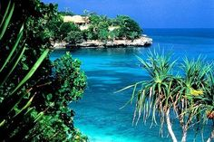 Nusa Lembongan is a pristine tropical island, its highest point is 50 meters above sea level, lembongan has an average rainfall of approximately 1000 mm per year Asia Travel, Time Travel, Places To Travel, Places To Visit, Lembongan Island, Holidays In May, Next Holiday, Holiday Ideas, Gili Air