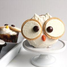 Owl Halloween Cupcakes using regular Oreos and Golden Oreo cookies!