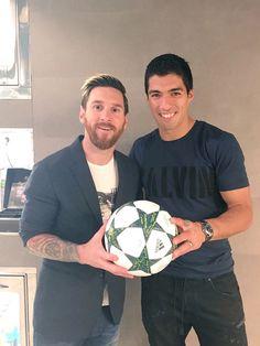 """@LuisSuarez9 y un homenaje a los 3 goles de Messi: """"Felicitaciones Leo! Muy buena""""."""