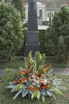 ProLuminate - Gräber im Herbst / Winter Best Picture For funeral diy For Your Taste You are looking for something, and it is going to tell you exactly what you are looking for, and you didn't find tha Winter Floral Arrangements, Christmas Arrangements, Flower Arrangements, Church Flowers, Funeral Flowers, Fall Flowers, Grave Decorations, Outdoor Christmas Decorations, Art Floral Noel