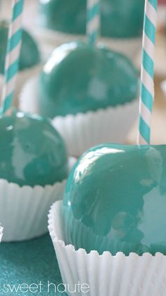 Then it definitely can be made pink :-) if the gold/silver thing isn't working. Tiffany Blue Candy Apples recipe- SWEET HAUTE tutorial great for weddings, birthdays, baby showers! Tiffany Blue, Tiffany E Co, Tiffany Party, Azul Tiffany, Tiffany Theme, Blue Candy Apples, Blue Candy Bars, Cupcakes, Breakfast At Tiffanys