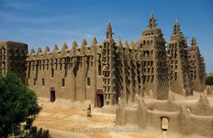 Africa | Djenné mosque, the largest mud structure in the world was first built in 1907, Djenné, Mali | © Ariadne Van Zandbergen