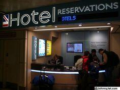 Es la recepción de hotel en la Costa Rica. Las personas van aquí para hacer/tener una reservación. Muy ocupado!