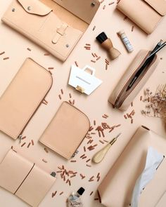 LIÚCC leather goods Leather Bag Tutorial, Leather Pouch, Leather Purses, Leather Bags Handmade, Leather Craft, Handmade Gifts For Friends, Leather Workshop, Best Wallet, Small Leather Goods