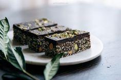 Raw Food Recipes, Sweet Recipes, Dessert Recipes, Veggie Recipes, Dark Chocolate Bar, Melting Chocolate, Vegan Chocolate, Granola Barre, Almond Bars