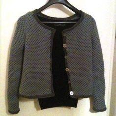 Voici enfin ma veste librement inspirée de Coco Chanel ! La photo est provisoire mais je ne résiste pas. J'en publierai d'autres bientôt ! Les jolies photos, c'est par ici. C'est un modèle que j'ai...