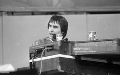 Chris de Burgh on stage at the Self-Aid benefit concert in the RDS, (Part of the Independent Newspapers Ireland/NLI Collection)..