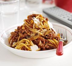 Whip up a huge batch of bolognese that's fit to feed a hungry crowd, or freeze half for a speedy midweek meal, from BBC Good Food magazine. Slow Cooker Bolognese, Bolognese Recipe, Bbc Good Food Recipes, Healthy Recipes, Healthy Wraps, Yummy Food, Curry 3, Beste Bolognese, Slow Cooker Recipes