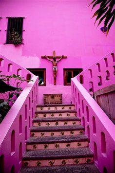 El arte sacro siempre esta presente en Puebla, va desde el barroco hasta los espacios comunes con decoraciones simples.
