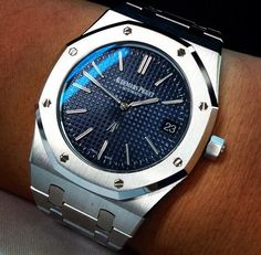 Audemars Piguet Royal Oak 15202 Blue Dial find that perfect wrist watch here today! Men's Watches, Sport Watches, Cool Watches, Fashion Watches, Audemars Piguet Gold, Audemars Piguet Watches, Stylish Watches, Luxury Watches For Men, Patek Philippe