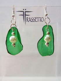 FRASSETTO EXTRAvaganza: ORECCHINI VERDI Diy Recycled Earrings, Recycled Jewelry, Handmade Beaded Jewelry, Diy Earrings, Recycled Art, Plastic Earrings, Plastic Jewelry, Wire Jewelry, Jewelry Crafts