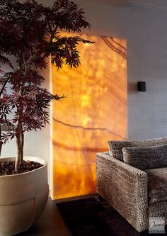 Share Via 10 beautiful light wall art will add to the impression of the interior of the house to be more pleasant. You need to make DIY wall decorations from items … Contemporary Wall Art, Contemporary Interior Design, Decor Interior Design, Onyx Marble, Marble Wall, Light Wall Art, Wall Lights, Villa Interior, Spaceship Interior