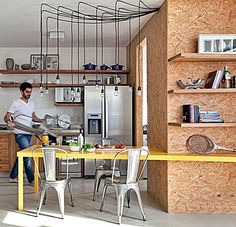 Quase uma unanimidade, a cozinha aberta para a sala cria uma dúvida: O que fazer para dividir estes ambientes de uma forma funcional, que mantenha  boa circulação, luminosidade e ventilação  ? Tudo depende das suas necessidades, desejos e disposição dos ambientes. Vamos ver algumas...